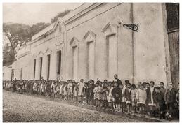 Salida de los alumnos del colegio. Década 1950