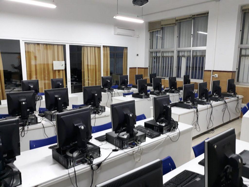 Sala de informática con ordenadores